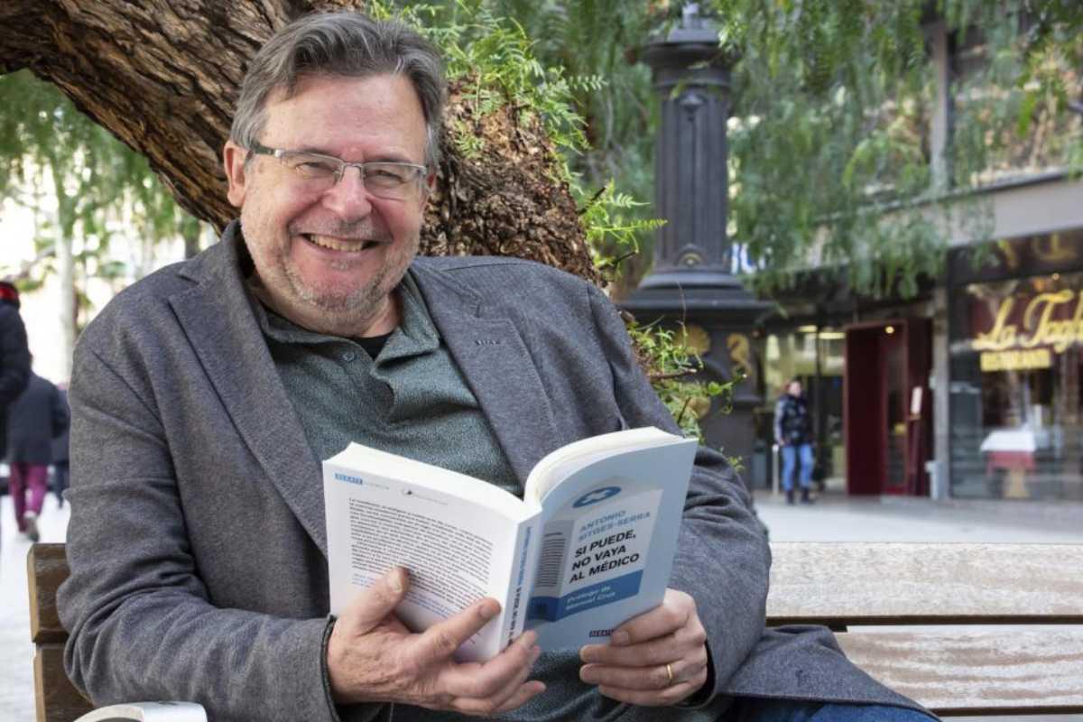Sitges-Serra con su libro.