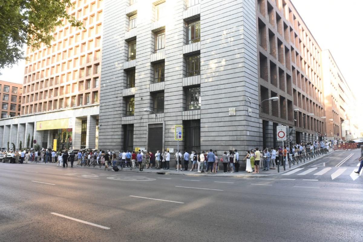 Decenas de opositores hacen cola a las puertas del Ministerio de Sanidad a esta misma hora (Fotos: Luis Camacho)