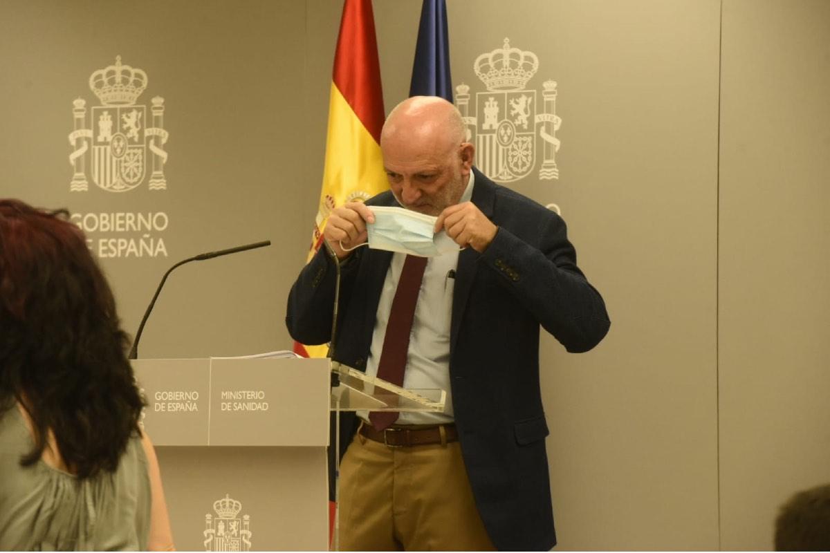 Rodrigo Gutiérrez Fernández, director de Ordenación Profesional, se quita la máscara para dirigirse a los periodistas (Fotos: Luis Camacho).