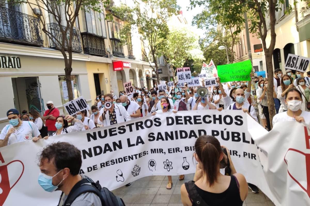 Aspecto de la manifestación de los residentes durante su recorrido por el centro de Madrid (Foto: Comité de Huelga MIR)