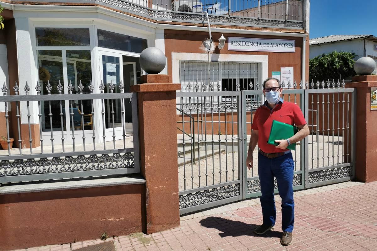 Antonio J. Galán, farmacéutico de Salud Pública visitando una residencia de mayores de Ahigal (Cáceres).