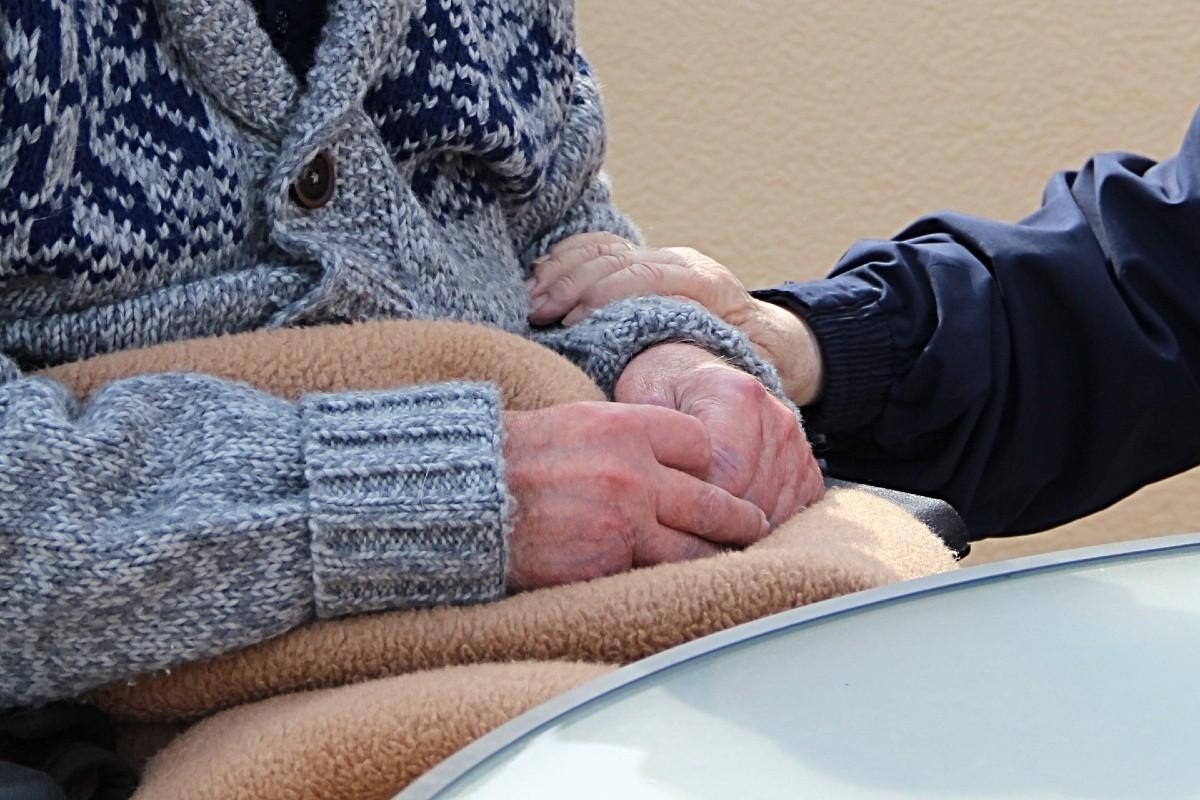Cuidador con un anciano.