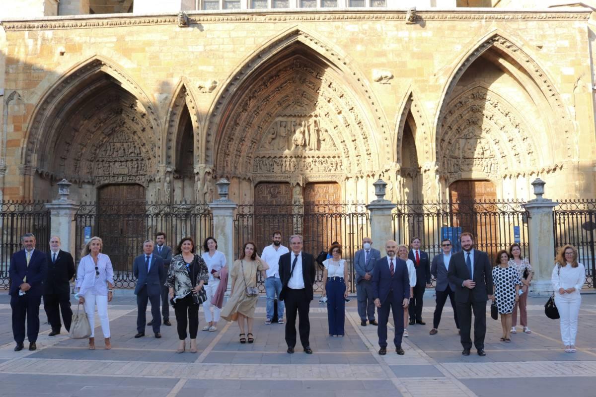 Jesús Aguilar, presidente del Consejo General de COF (en el centro de la imagen), rodeado de la nueva junta del COF de León.