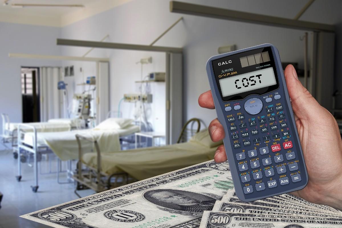 Calculadora, dinero y camas hospitalarias.