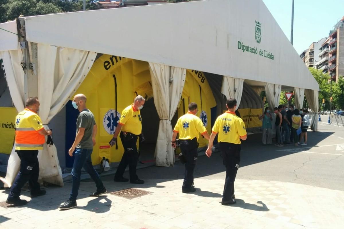 Unidad sanitaria móvil montada al lado de un centro de salud de Lérida para atender a los pacientes con síntomas compatibles con la Covid-19