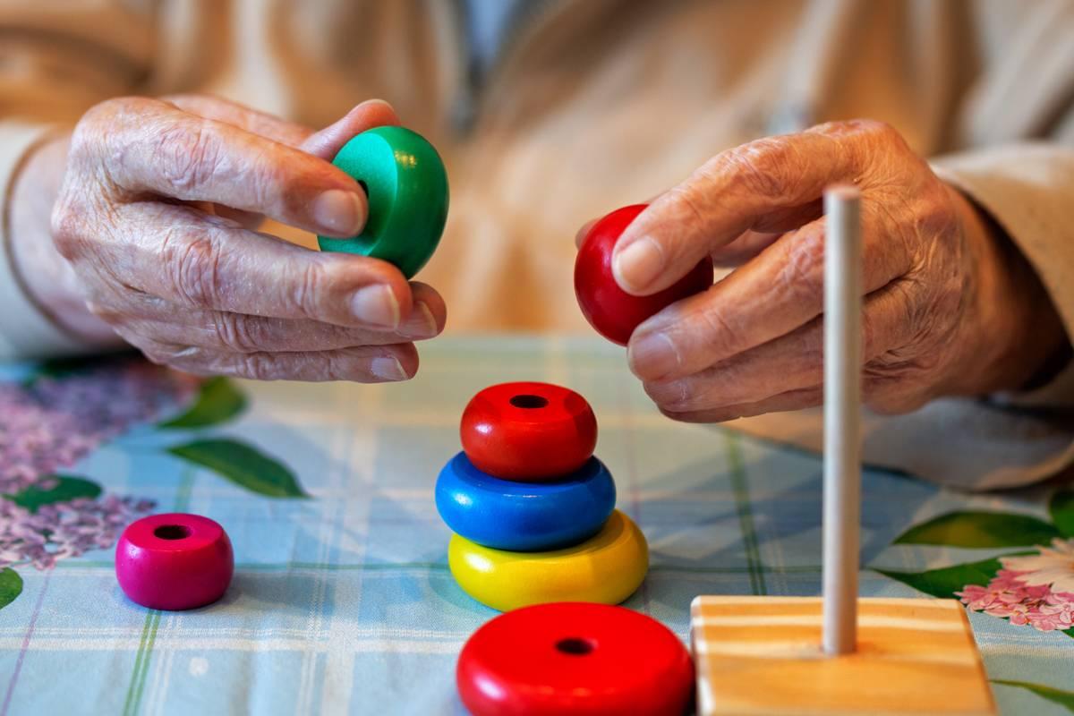El Método Montessori aplicado a las personas con demencia ofrece beneficios para su salud.