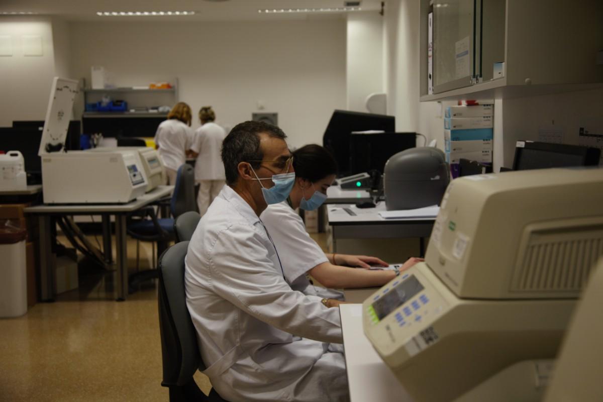 Federico García, en su laboratorio del Hospital Clínico San Cecilio de Granada.