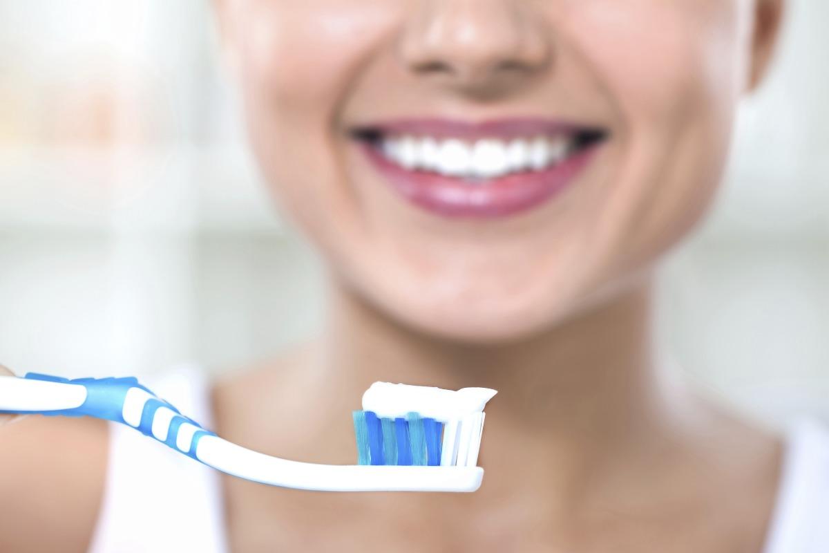 Es recomendable lavarse los dientes tres veces al día y emplear dos minutos en cada cepillado.