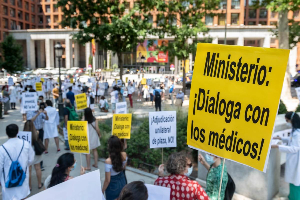 Los aspirantes a una plaza MIR de la convocatoria 2020 manifestándose a favor de una elección presencial (José Luis Pindado)
