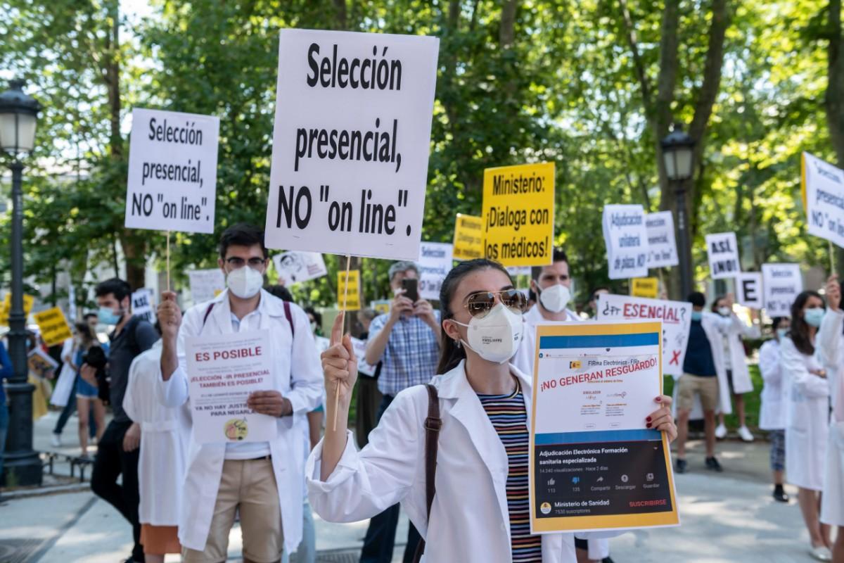 Candidatos del MIR 2020 reclamando frente al Ministerio de Sanidad que se celebre una elección presencial (José Luis Pindado)