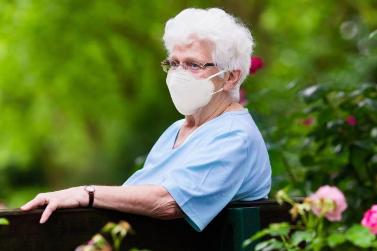 Una anciana con mascarilla de alta protección.
