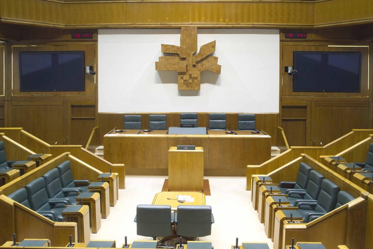 El Salón de Sesiones del Parlamento vasco, a la espera de los resultados del 12 de julio.