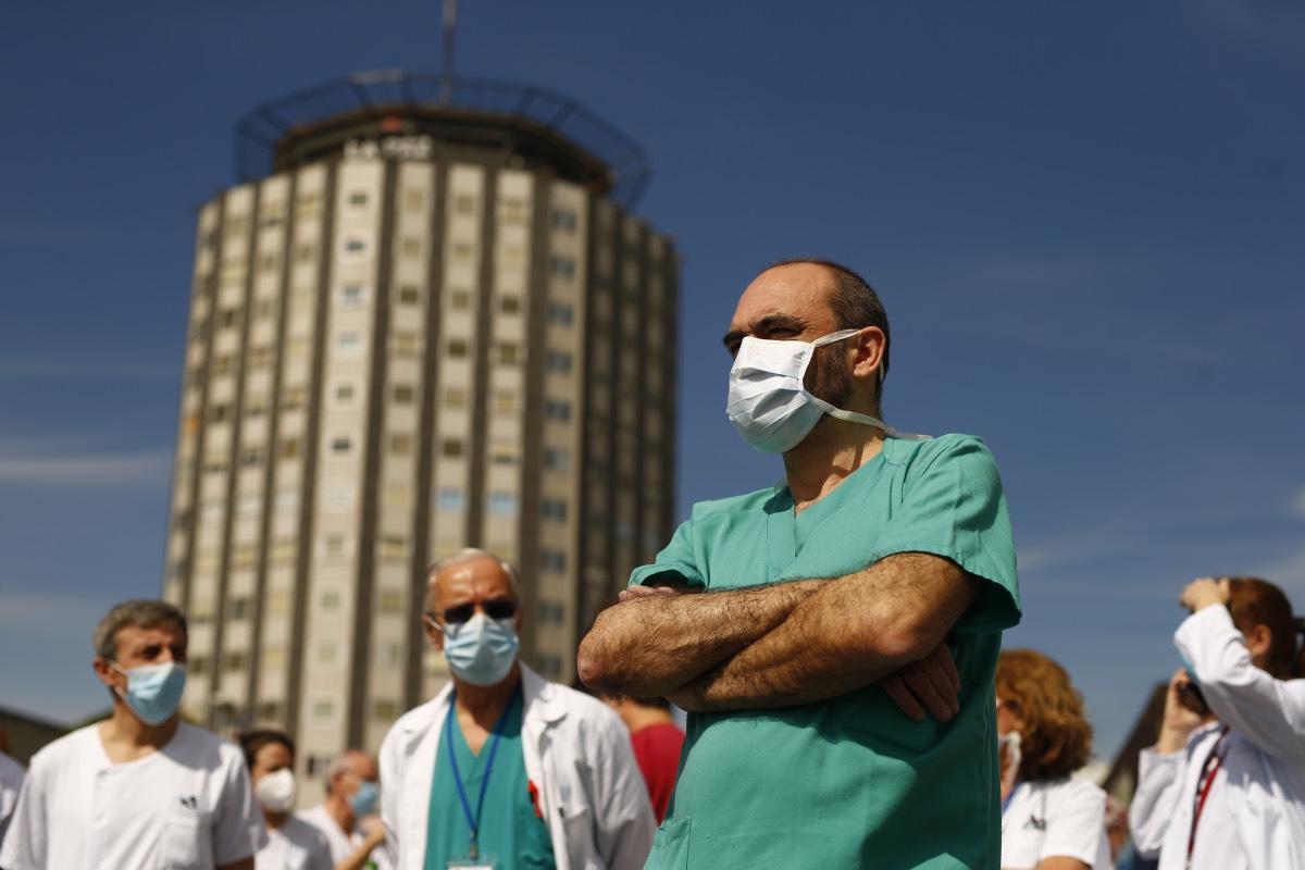 Acto de homenaje a los profesionales en plena pandemia, a las puertas de un hospital madrileño (Foto: Javier Barbancho)