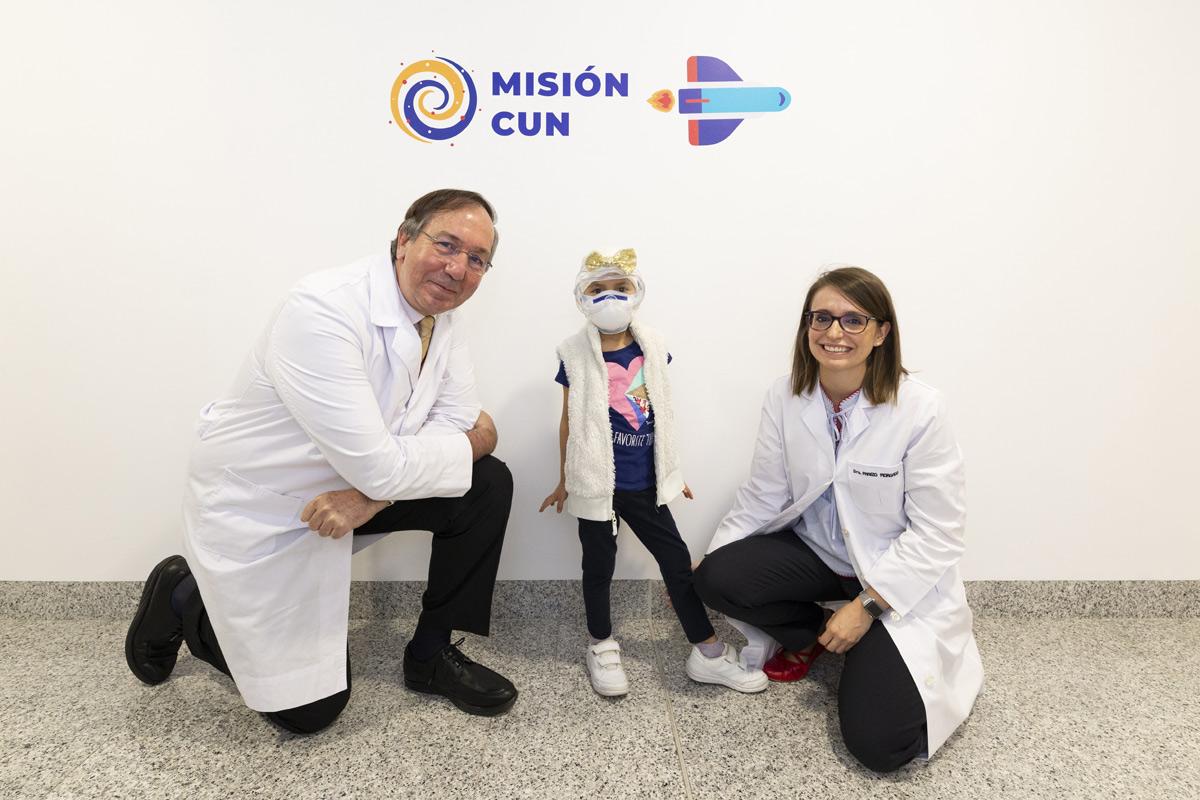 Felipe Calvo, codirector del Departamento de Protonterpia de CUN Madrid, la niña Ainhara y Elena Panizo, de Oncohematología Pediátrica de CUN Pamplona.