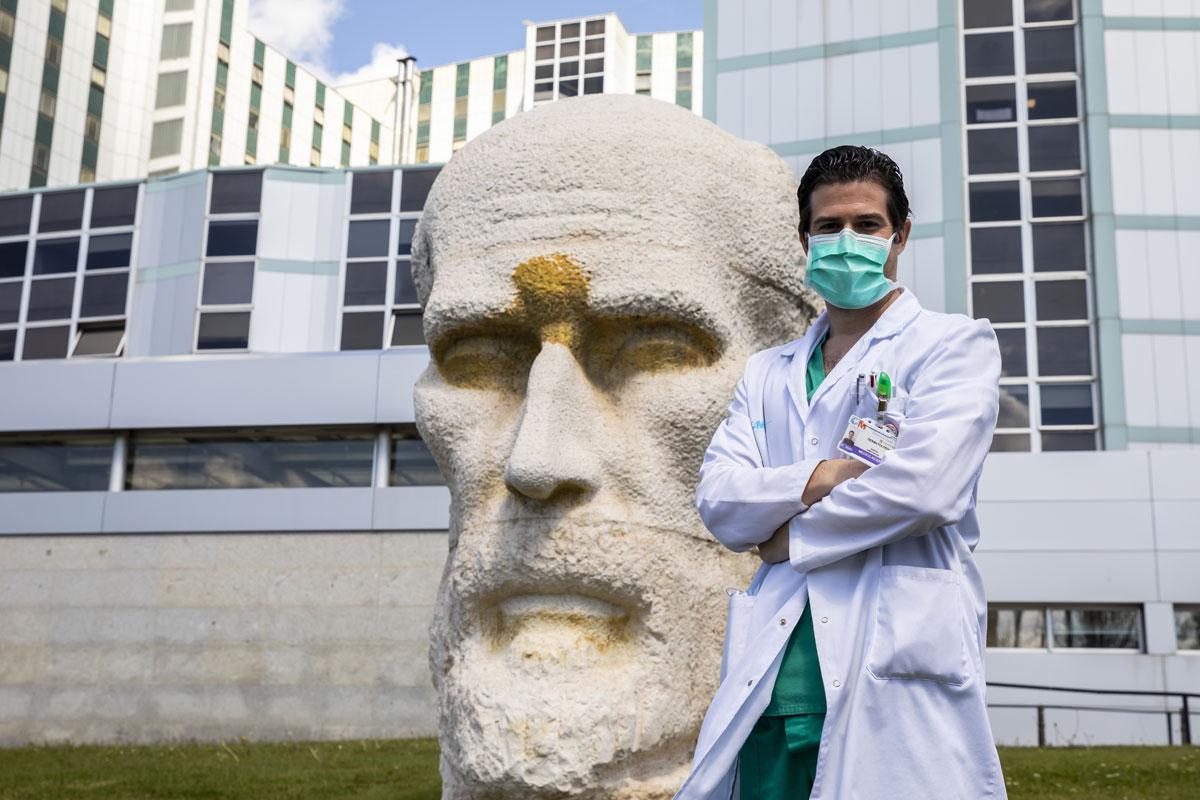 El dermatólogo Sergio Vañó en el hospital Ramón y Cajal.