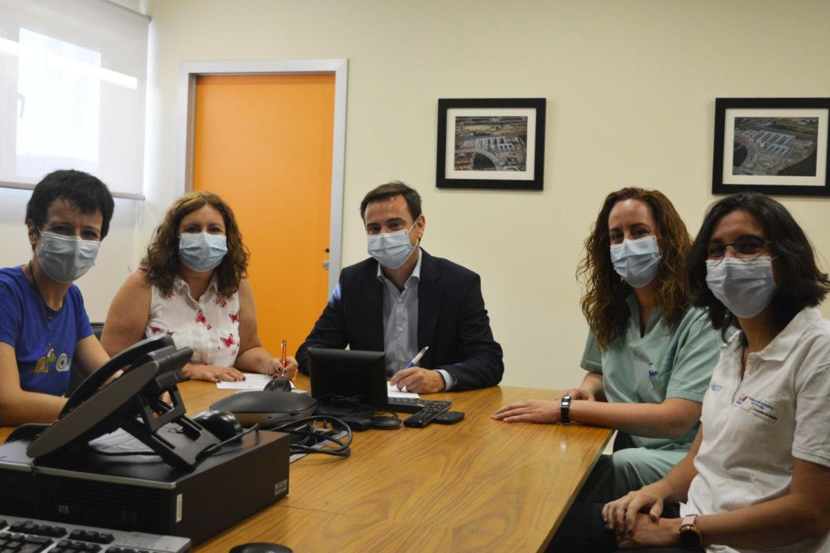 Representantes de la sección sindical de Amyts y Ribera Salud en el Hospital Universitario de Torrejón en la firma del acuerdo de mejoras para los MIR.