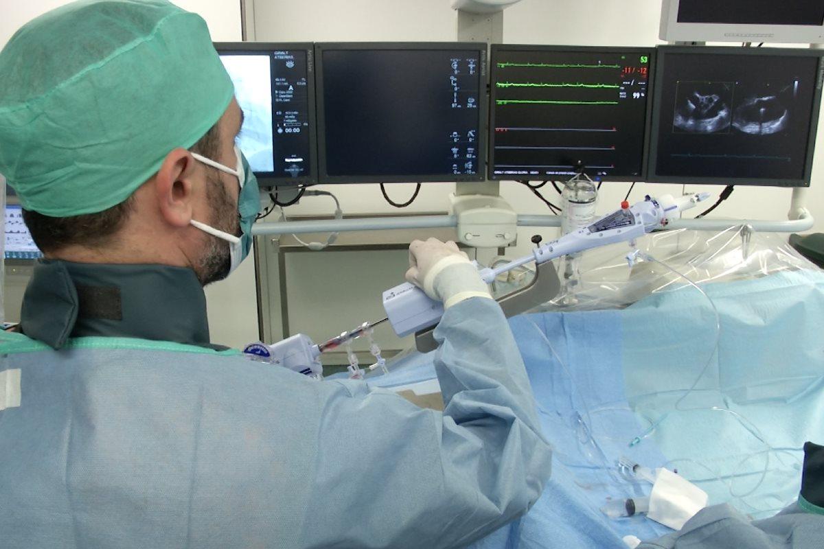 Un momento de la intervención realizada por un equipo multidisciplinar del Hospital Clínic de Barcelona.