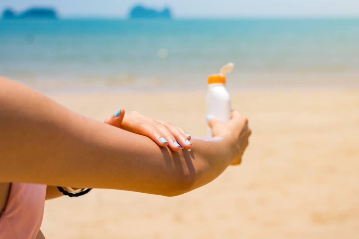 La fotoprotección es impresndible en verano para prevenir quemadura cutáneas.