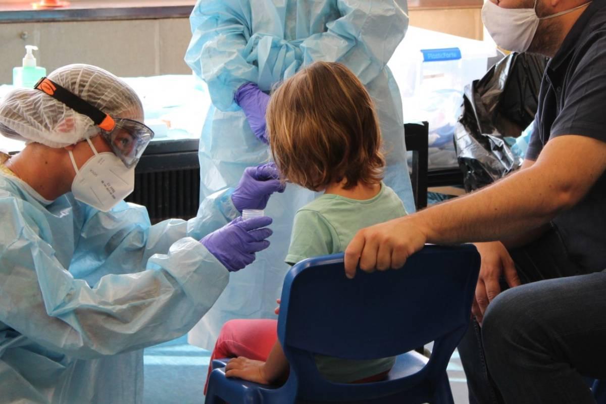 Toma de muestras para realizar pruebas de detección del Covid-19 a un niño.
