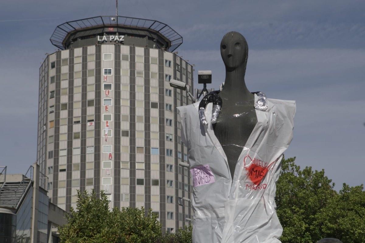 Los residentes vistieron el lunes a varias estatuas de la capital con carteles alusivos a su huelga (Foto: Comité de Huelga MIR).