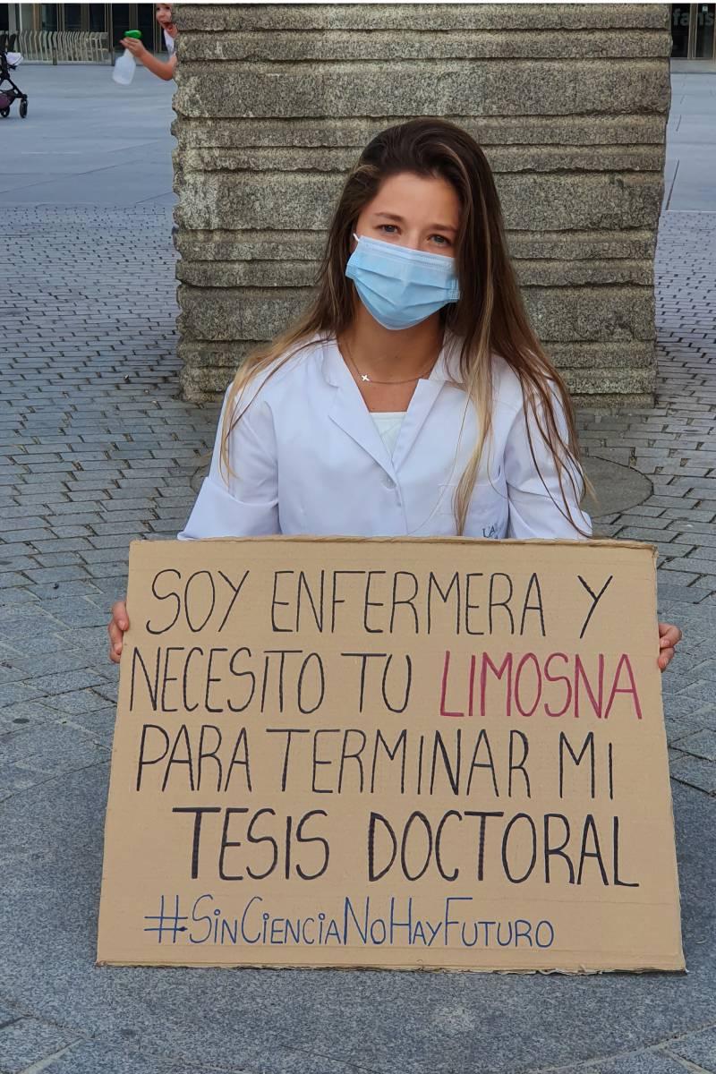 Andrea Gila, enfermera e investigadora a tiempo completo, pide 'limosna' para terminar su tesis doctoral.