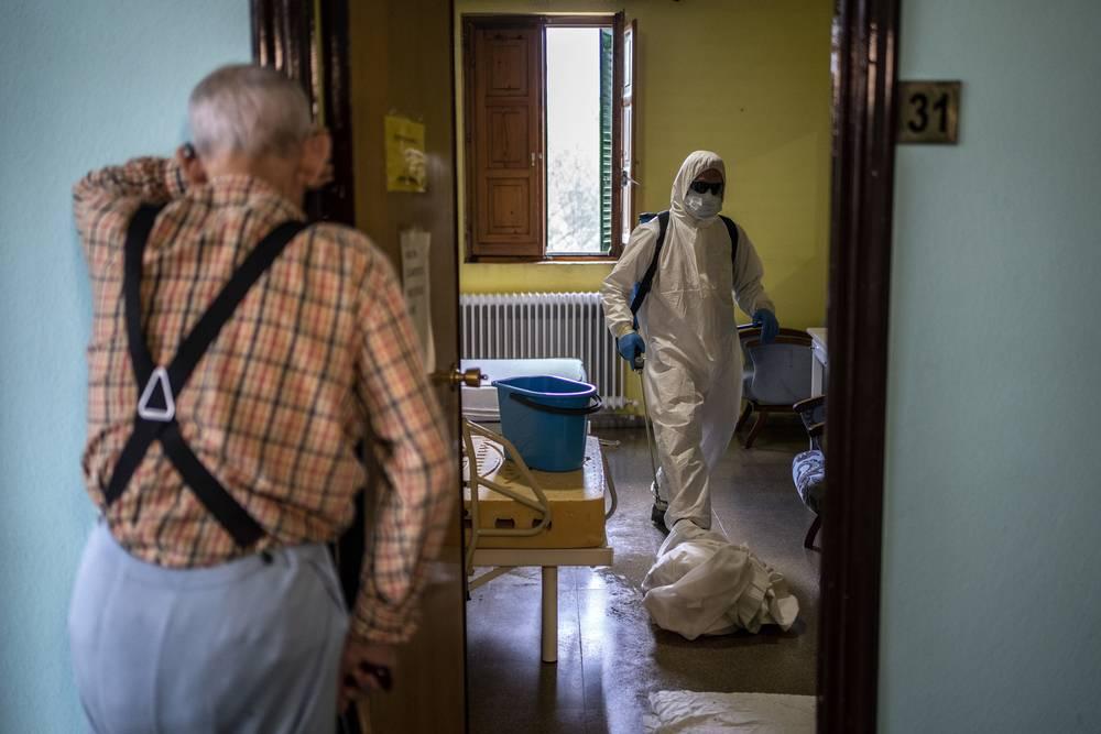 Voluntarios del cuerpo local de bomberos en labores de desinfección. Residencia Nuestra Señora de las Mercedes de El Royo (Soria). Foto: MSF