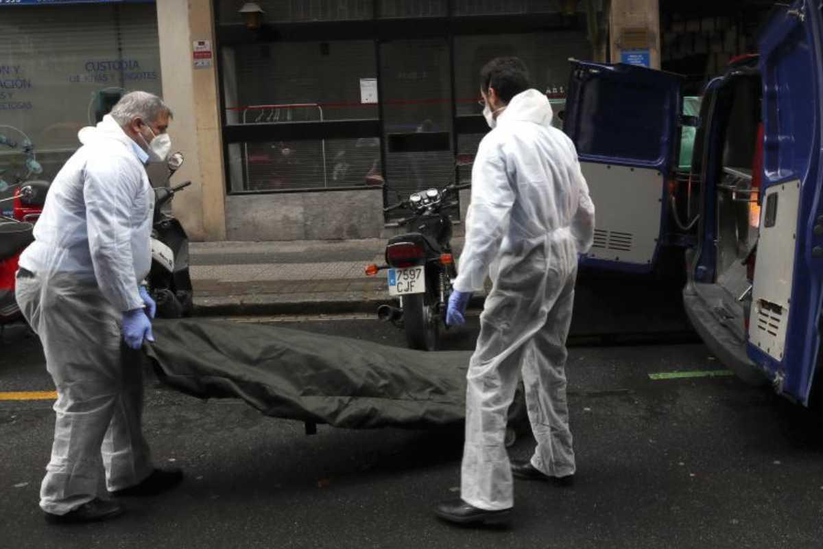Recogida de un cadáver para su traslado a tanatorio.