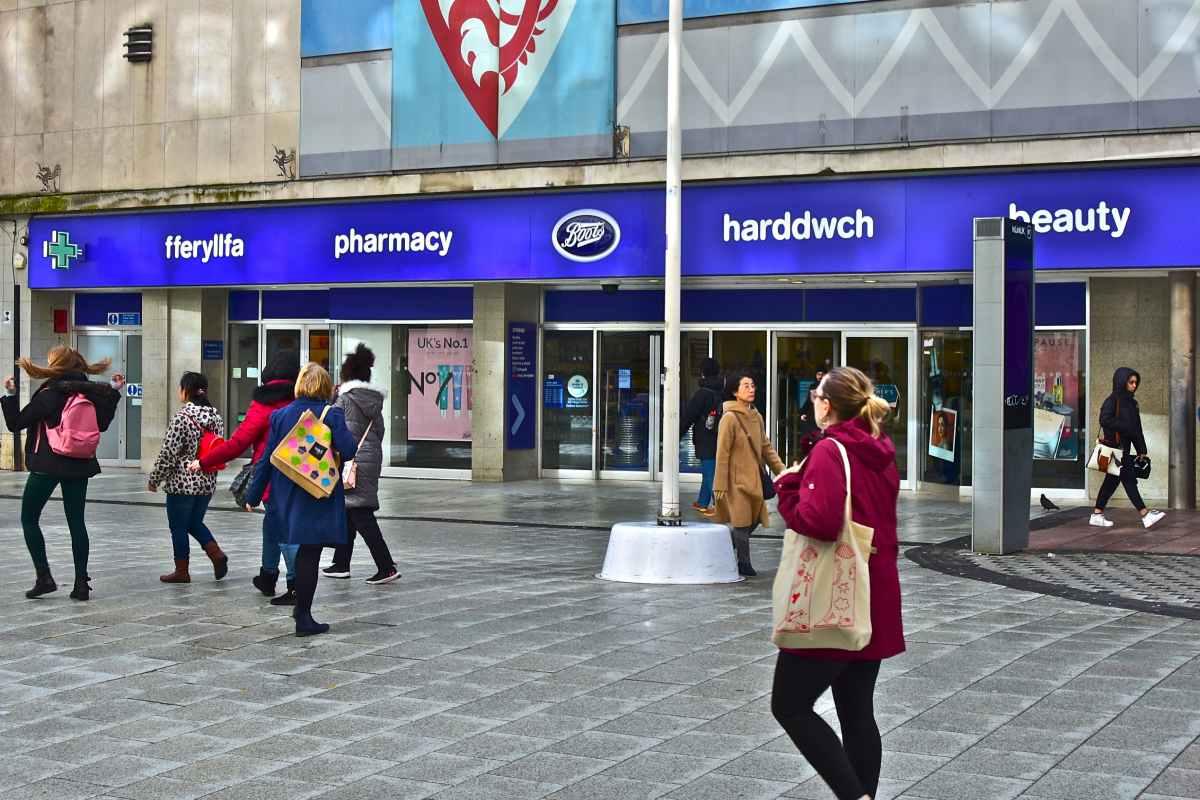 Algunas farmacias en Gales hacen pruebas para ver si un dolor de garganta de un paciente es v�rico o bacteriano.