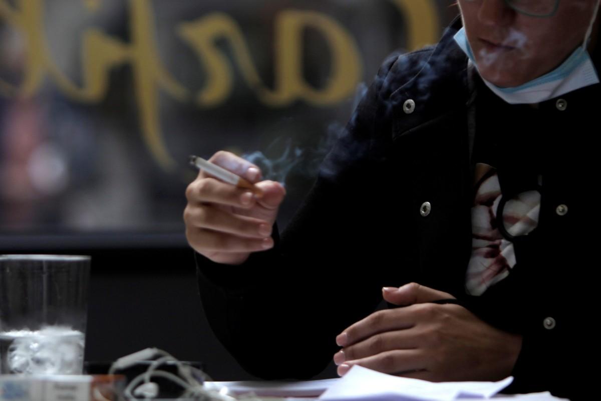 Una mujer fuma en un bar de A Coruña el día que entra en vigor la prohibición de fumar (EFE/ CABALAR)