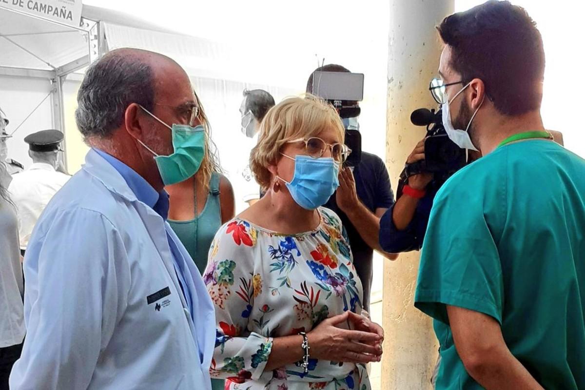 Un portavoz del Comité de Huelga MIR de la Comunidad Valenciana hablando en un encuentro informal con la consejera de Sanidad, Ana Barceló, durante una visita de ésta al Hospital de Alicante (Fotos: Huelga MIR CV)