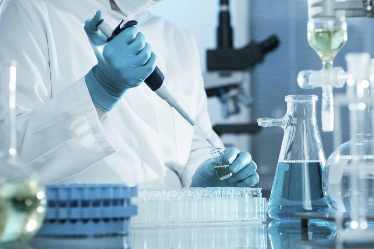 El factor de crecimiento transformante beta (TGF-beta) es una citoquina que regula varios procesos celulares y el sistema inmunológico.