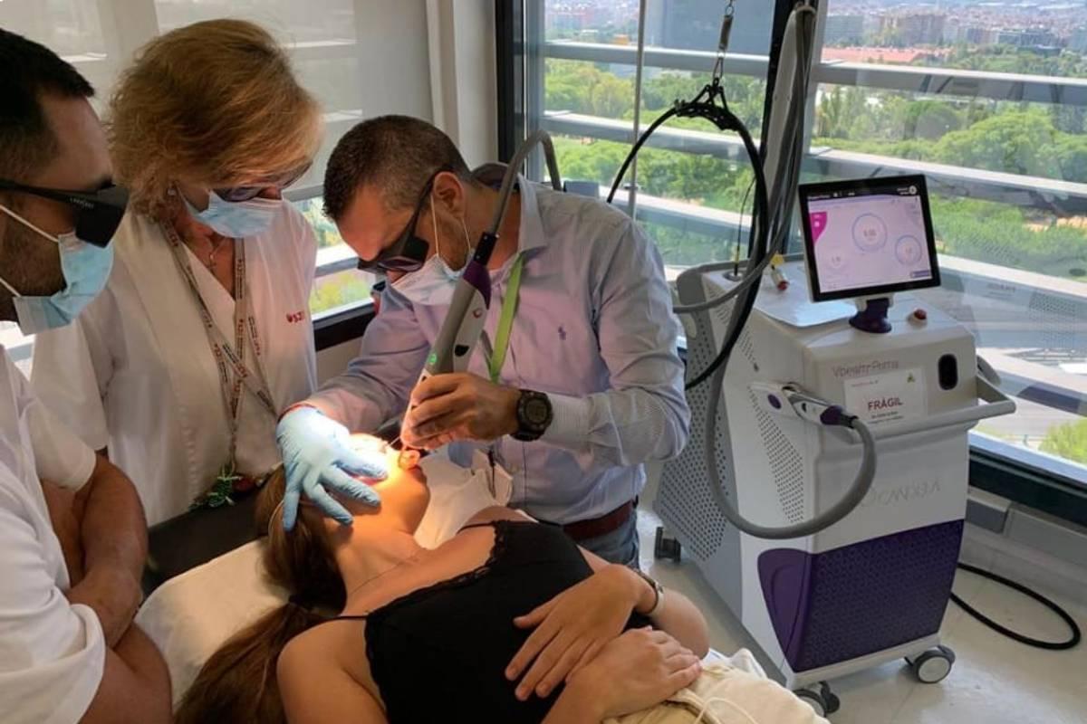 El equipo del Servicio de Dermatología del Hospital San Juan de Dios, de Barcelona, tratando a una paciente con el innovador láser.