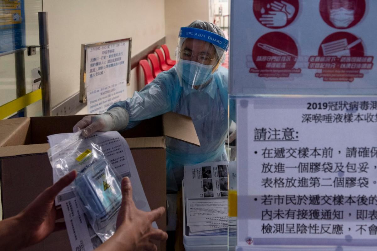 Reparto de test de Covid-19 en Hong Kong (EFE/EPA/Miguel Candela)