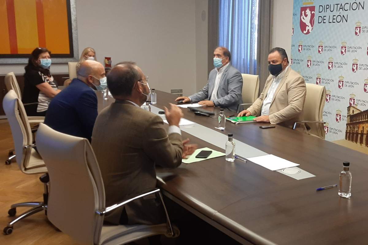 Reunión mantenida entre miembros de la Diputación de León y representantes de farmacéuticos de la provincia para analizar la situación de la farmacia rural.