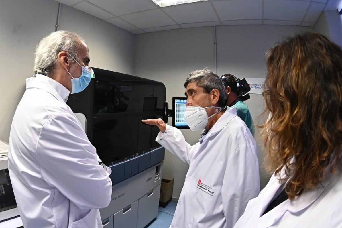 El consejero de Sanidad, Enrique Ruiz Escudero, durante su visita al Laboratorio Regional de Salud Pública, referente en la realización de estudios de seroprevalencia, donde se ha instalado uno de los siete robots de última generación para la realización de pruebas COVID-19. EFE/ Fernando Villar