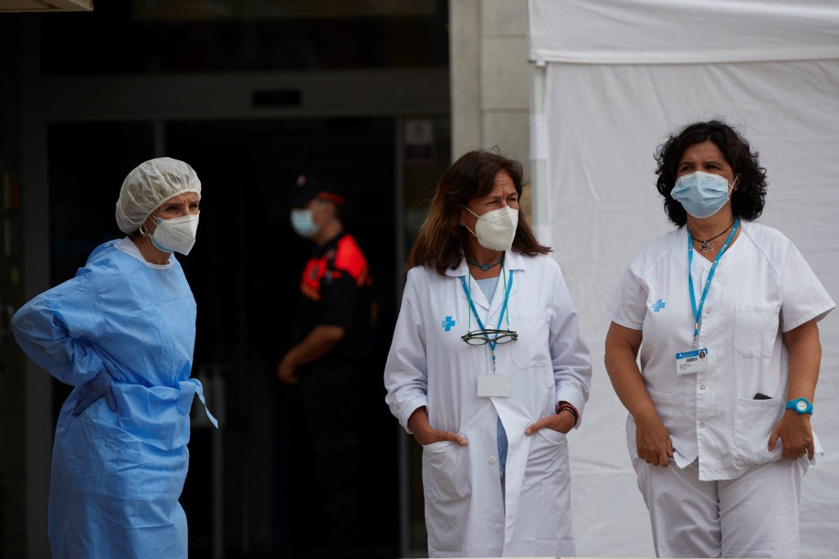 Sanitarios de la Cruz Roja de guardia frente a uno de los dispositivos instalados en la ciudad de Santa Coloma de Gramanet (Barcelona) para el cribado voluntario (EFE/ Alejandro García)