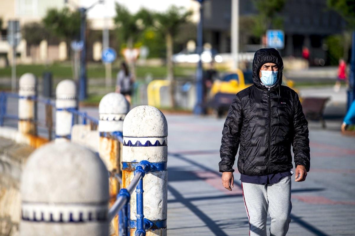 Un ciudadano pasea a la orilla de la playa con su mascarilla protectora (Foto: David S. Bustamante).