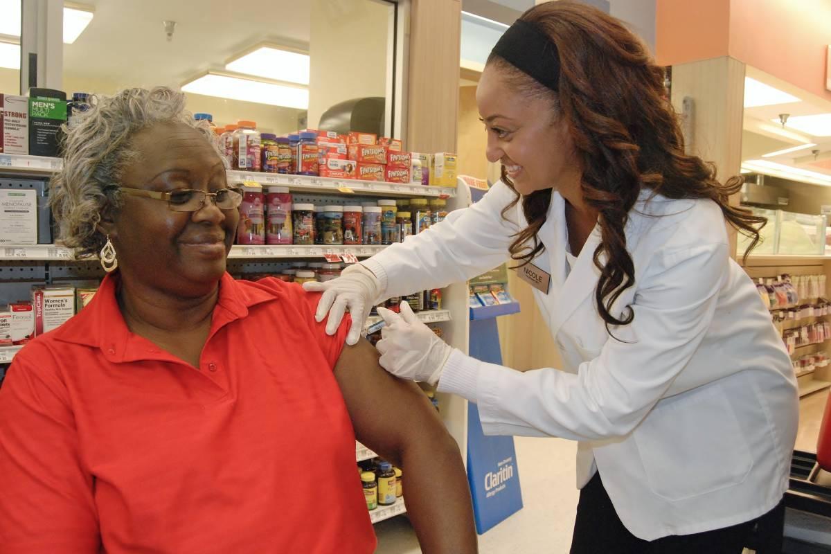 Una farmacéutica administra una vacuna en una botica de Estados Unidos.