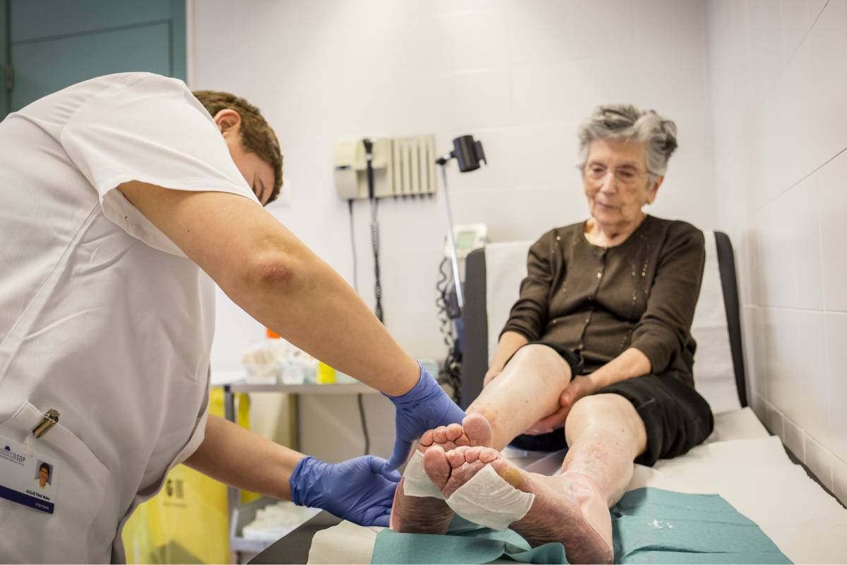 Enfermero curando a una paciente.