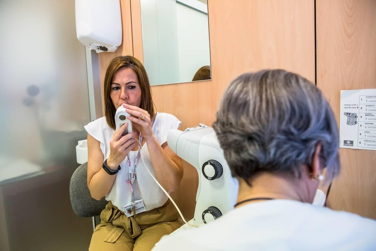 Para la AET cualquier atención que requiera contacto estrecho con un paciente, aún sin diagnóstico, se debe proceder con el EPI adecuado. FOTO: Ariadna Creus y Ángel García (Banc Imatges Infermeres).