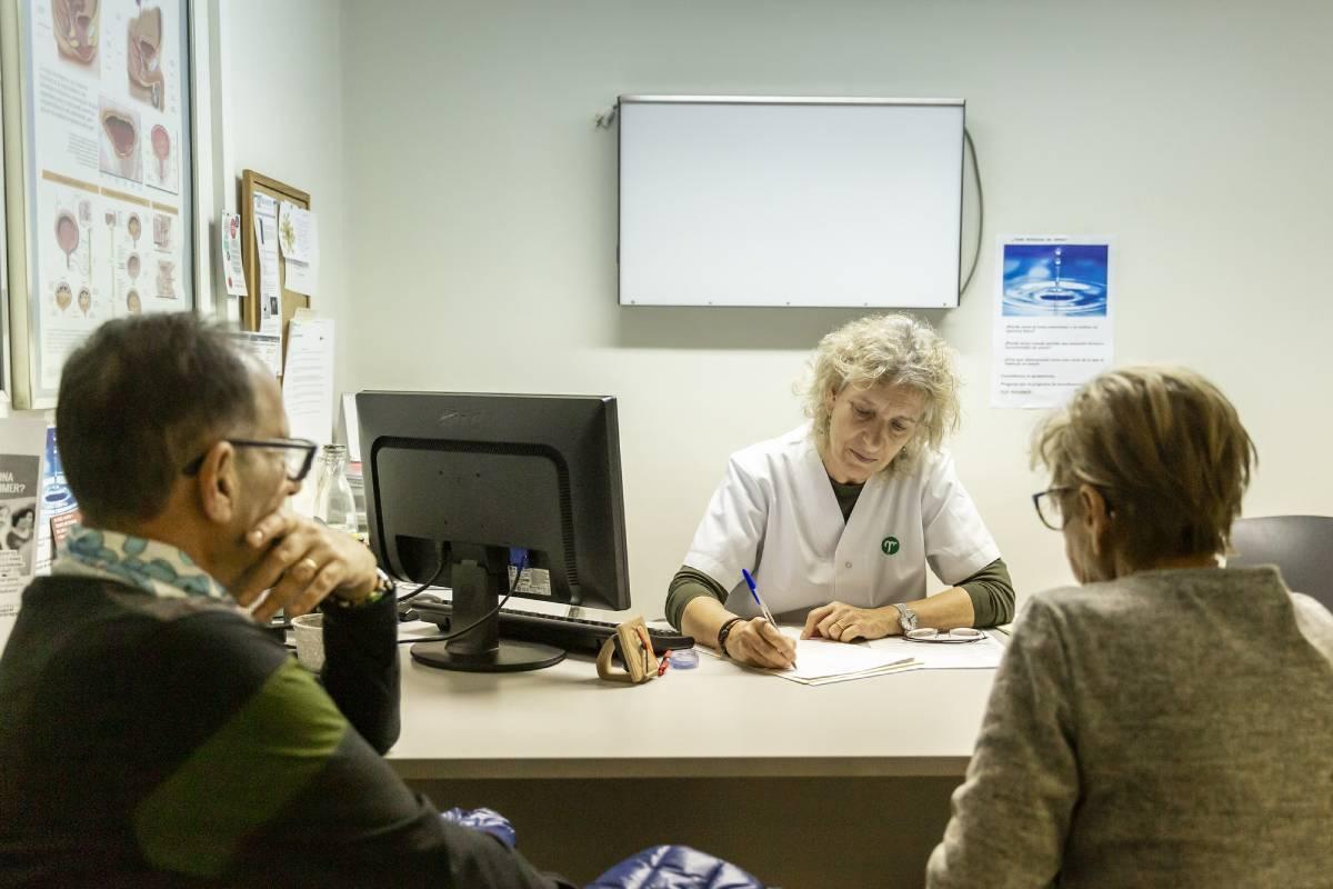 Una enfermera examinando el deterioro cognitivo de un paciente. FOTO: Ariadna Creus y Ángel Garc�a (Banc Imatges Infermeres).