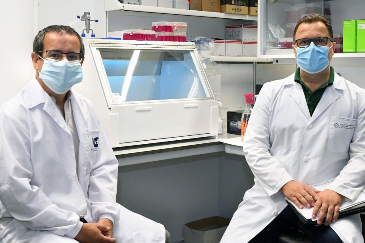 Antonio Salas y Federico Martinón, en su laboratorio.