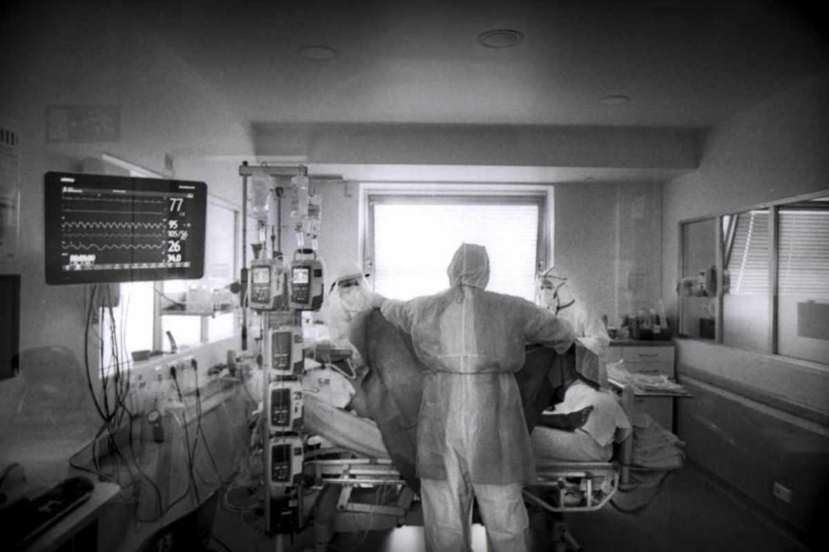 Atención en UCI a un enfermo con Covid-19.