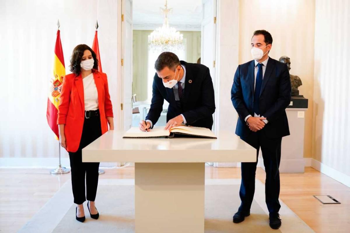 La presidenta de Madrid, Isabel Díaz Ayuso, y el presidente del Gobierno, Pedro Sánchez, en la firma del acuerdo para frenar la epidemia de coronavirus en la autonomía.