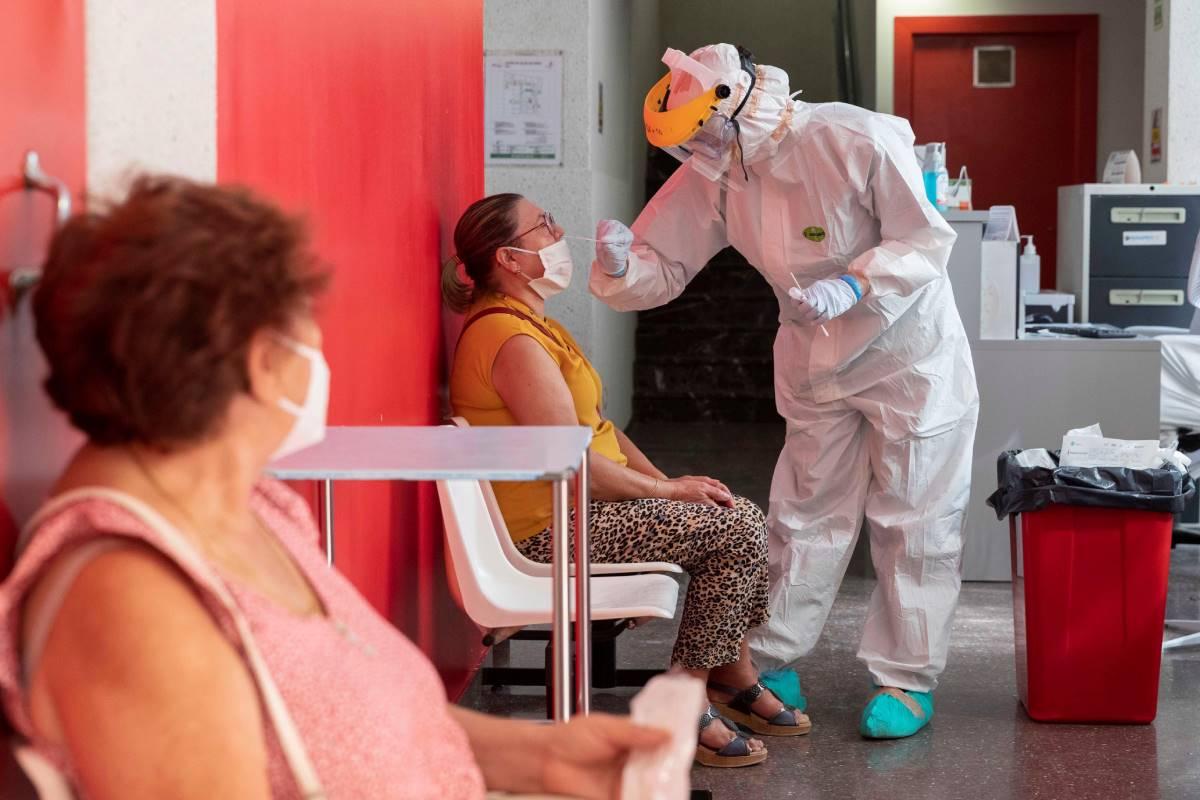 Un sanitario realiza una PCR.
