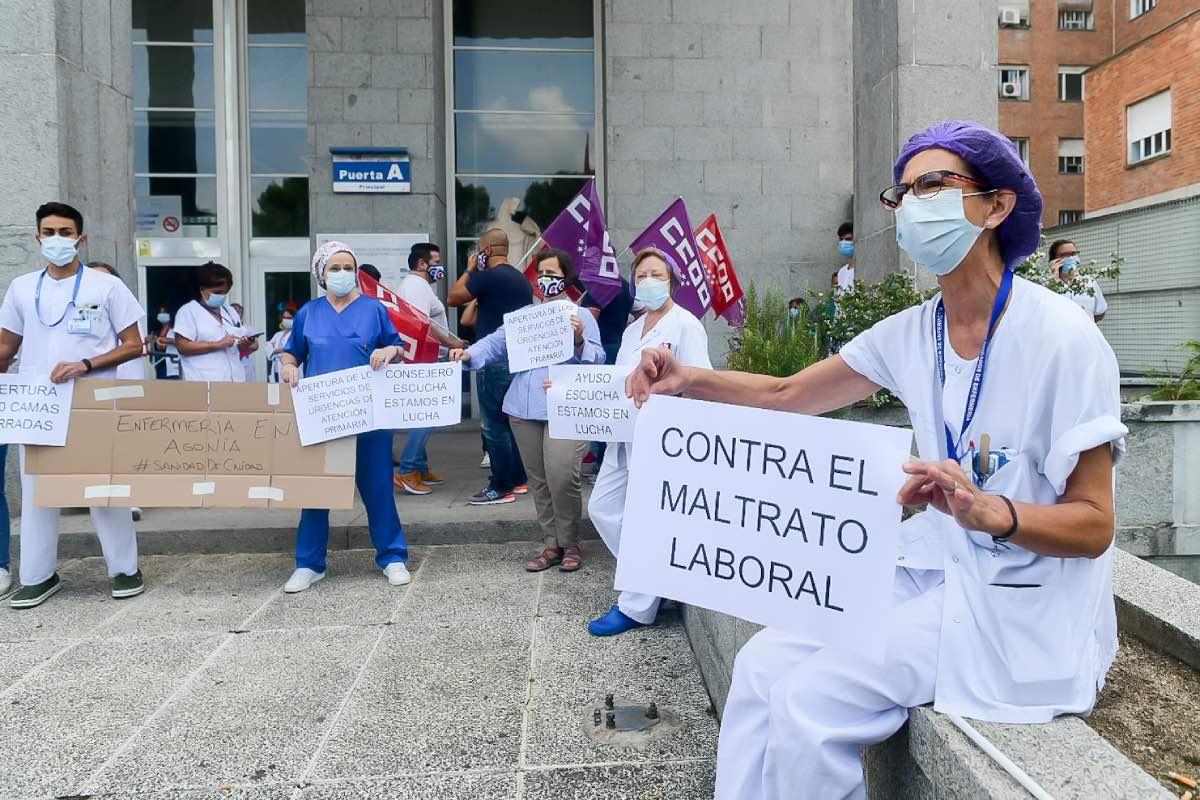 Aspecto de la concentración de protesta celebrada hoy a las puertas del Hospital Clínico San Carlos (Fotografías: José Luis Pindado).