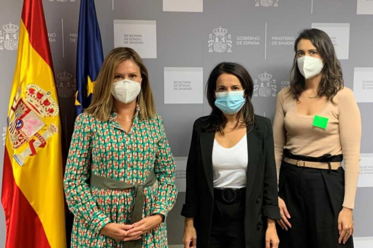 Carina Escobar, presidenta de la Plataforma de Organizaciones de Pacientes (POP);  Silvia Calzón, secretaria de Estado de Sanidad, María Gálvez Sierra, directora general de la POP.