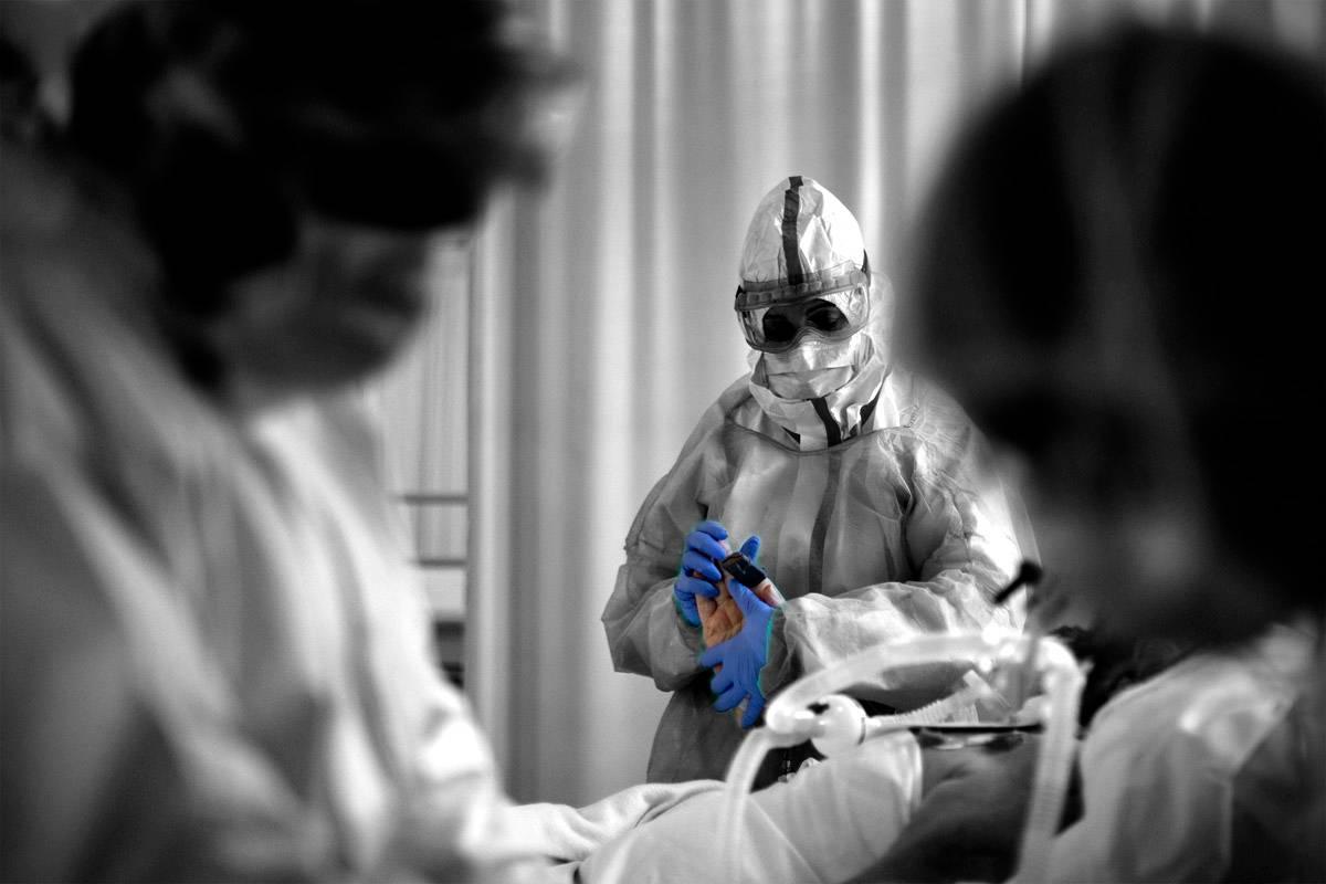 Imagen de un paciente con covid-19 siendo tratado. Foto: Alberto Di Lolli