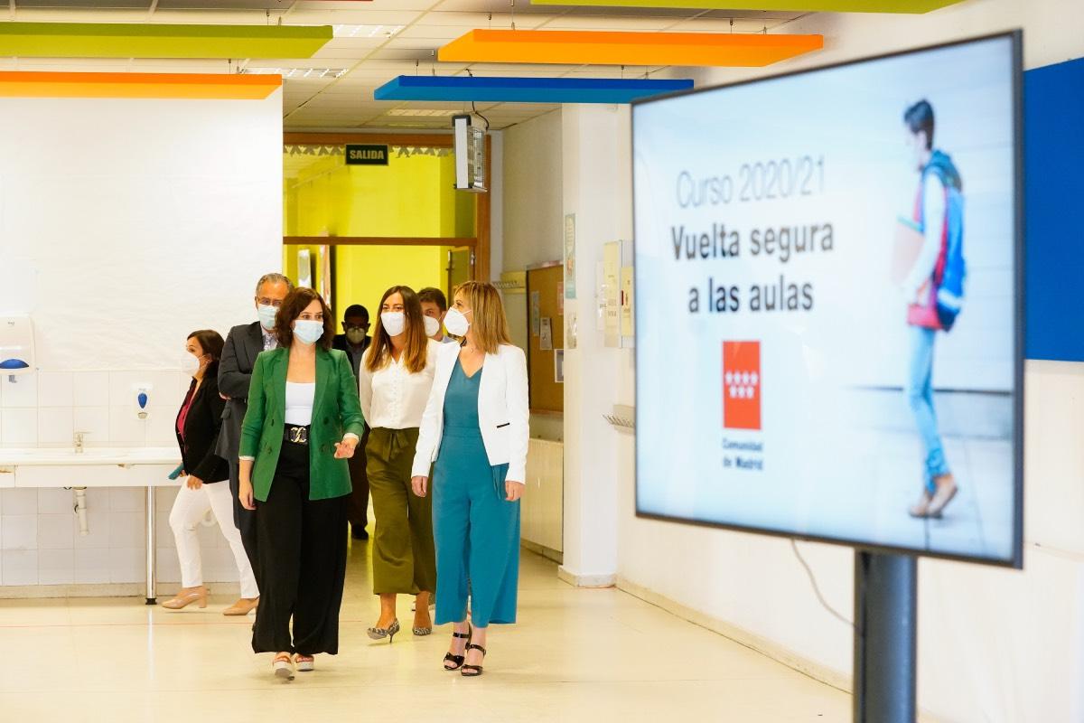 Isabel Díaz Ayuso, durante su visita, hoy, al colegio público de Arroyomolinos, donde ha inaugurado el curso escolar. Foto: CAM