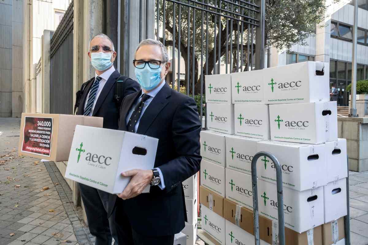 Aseica y AECC entregan en el Ministerio de Ciencia 660.000 firmas para pedir un refuerzo a la investigación en cáncer.